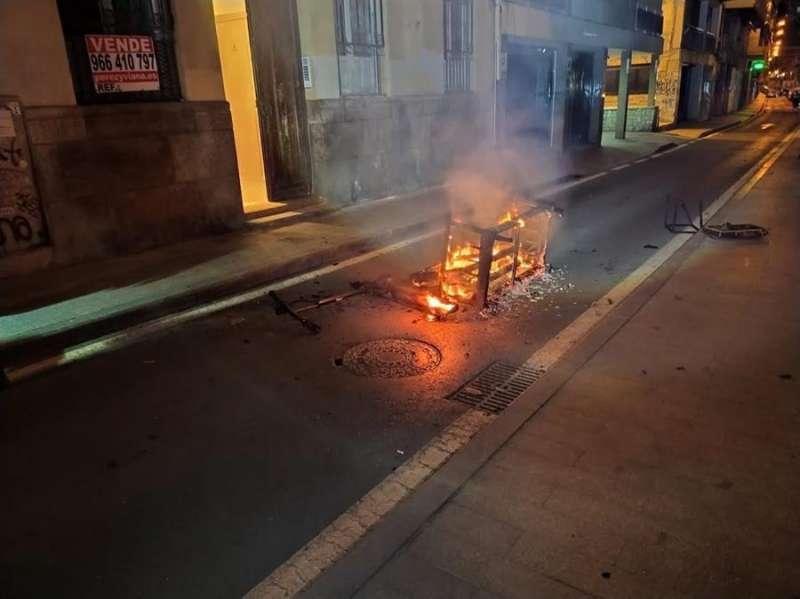 Imagen del patinete incendiado cedida por el Ayuntamiento de Alicante. EFE