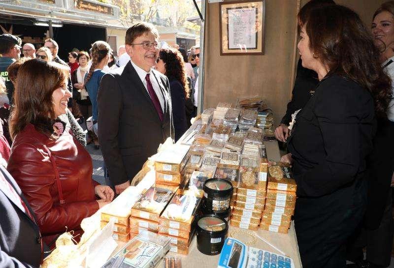 El president de la Generalitat, Ximo Puig, en su visita a la Feria de Navidad de Xixona. EFE/Generalitat