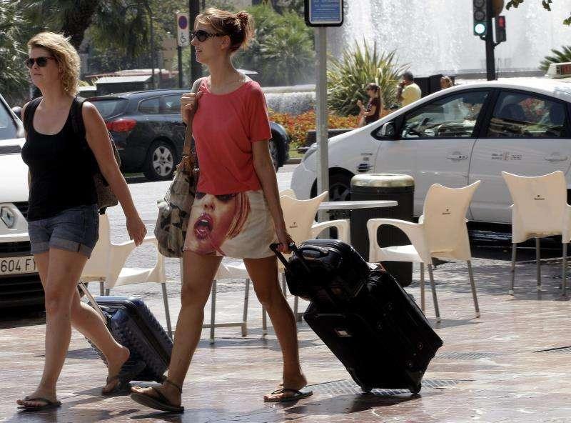 Unas turista se trasladan en el centro de Valencia. EFE/Archivo