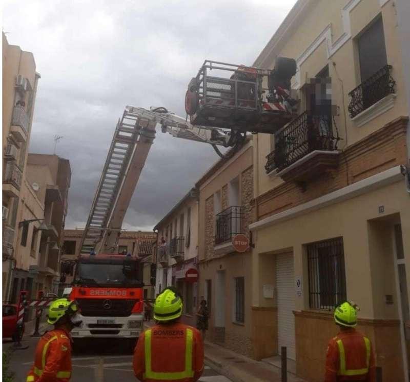Los bomberos trabajan en el lugar de los hechos. EPDA