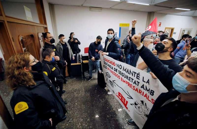 Un grupo de estudiantes protesta en el rectorado de la Universitat Politècnica de València durante el Consejo de Gobierno para exigir la subida de la remuneración mínima en las prácticas de empresa. EFE/Biel Aliño