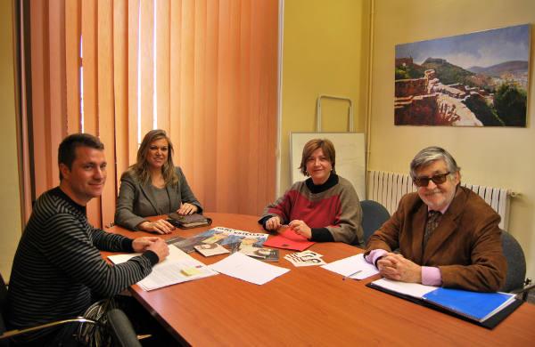 la delegada del Gabinet de Promoció del Valencià, la secretaria de la AVL, el coordinador del proyecto ?Pobles del Mural?, y el técnico municipal. EPDA
