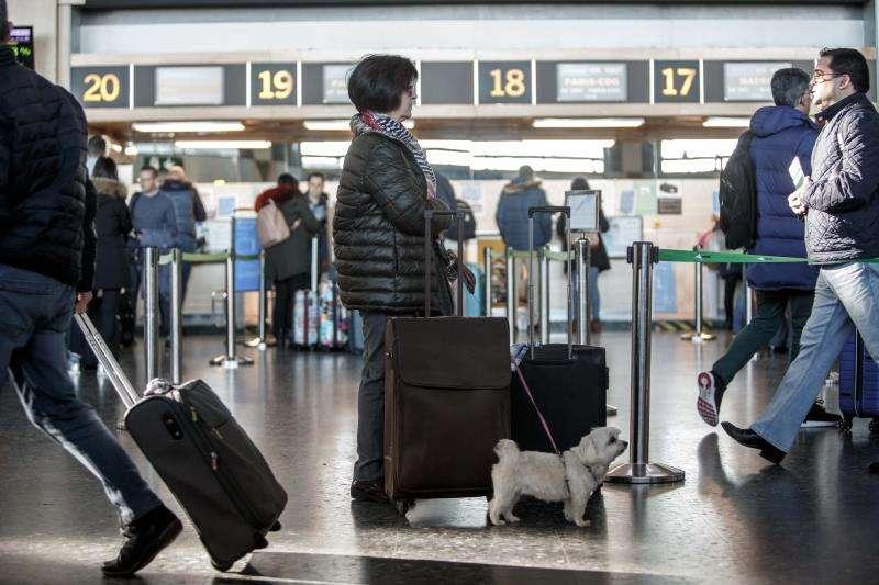 Un mujer espera junto a su equipaje en la terminal de salidas del Aeropuerto de Valencia. EFE/Archivo