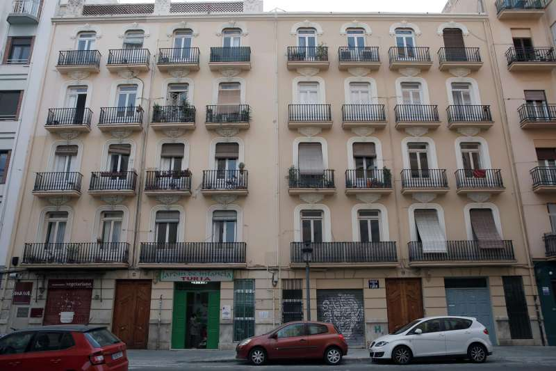 En la imagen, dos edificios de hace cien años de la calle Turia de València. EFE/ Biel Aliño/Archivo