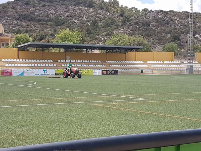 Treballs de manteniment de la gespa del Camp de Futbol municipal