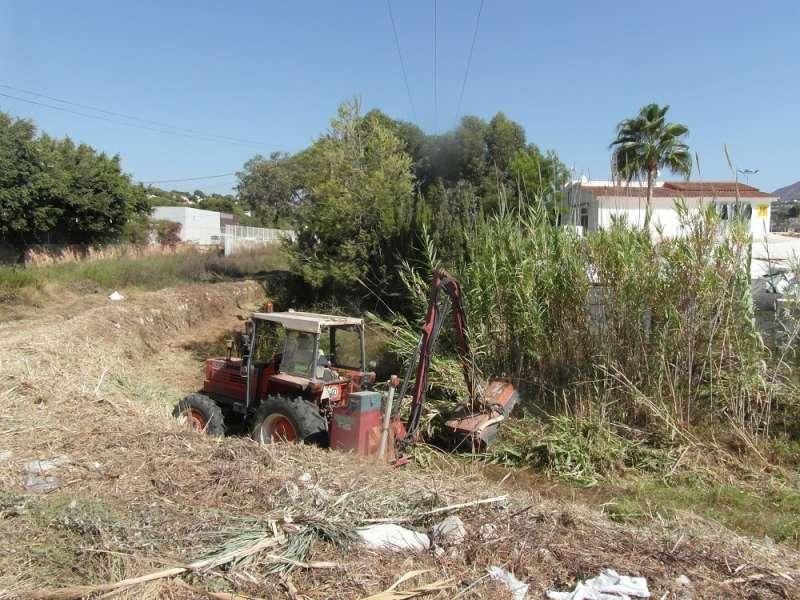 Instante de la limpieza de barrancos que se está realizando en Teulada