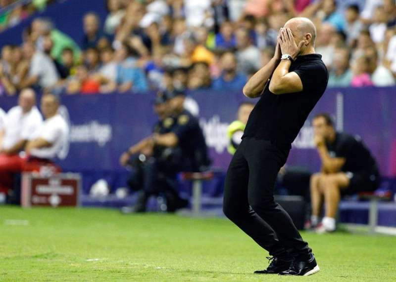 El entrenador del Levante, Paco López, se lamenta de una jugada. EFE/Miguel Ángel Polo/Archivo