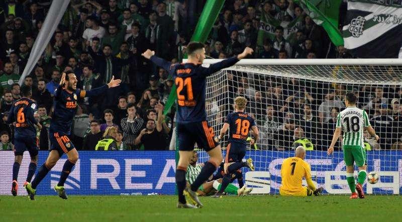 Los jugadores del Valencia celebran el segundo gol del equipo . EFE