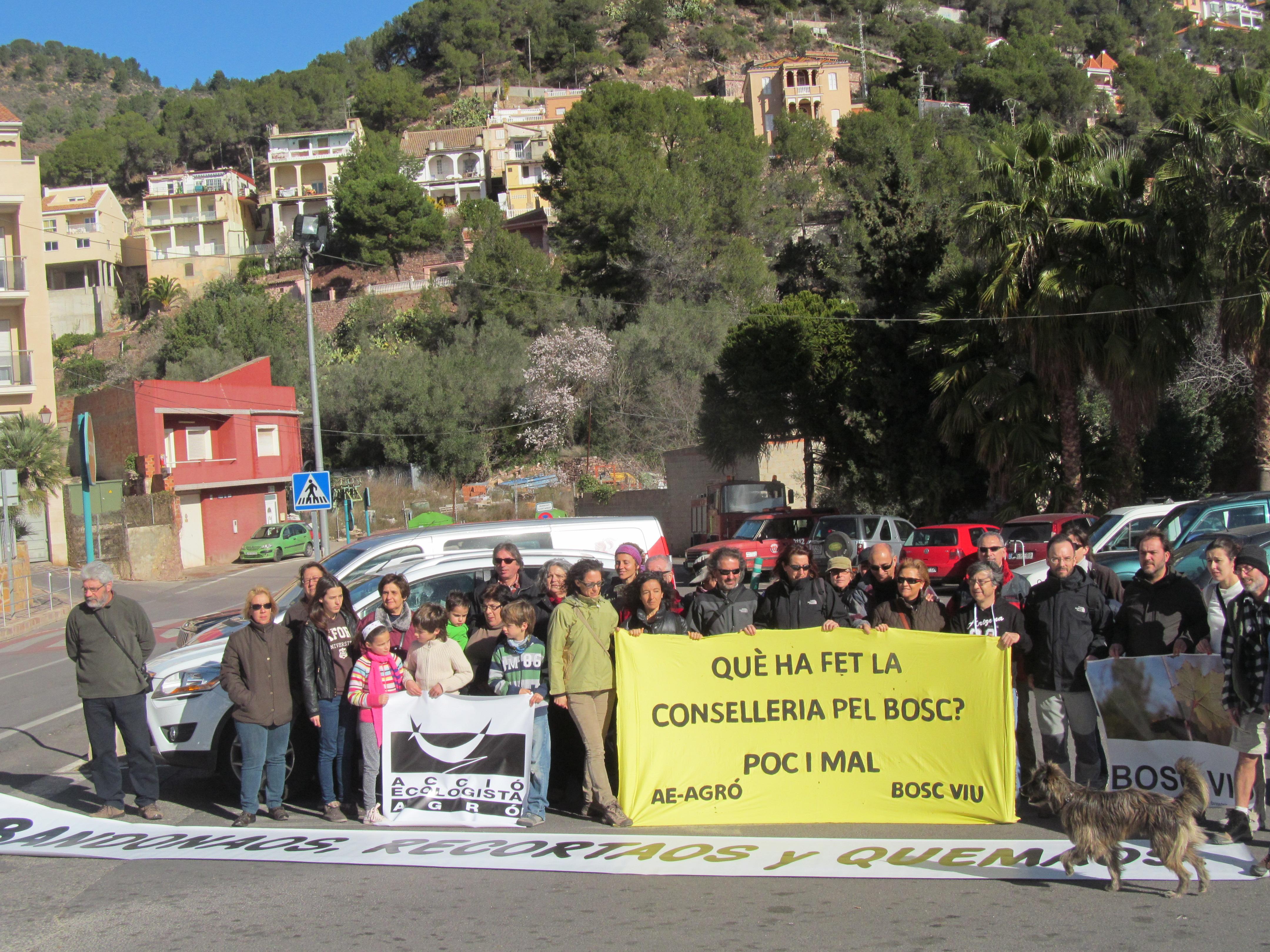 Els ecologistes han desplegat pancartes de denúncia. FOTO: EPDA