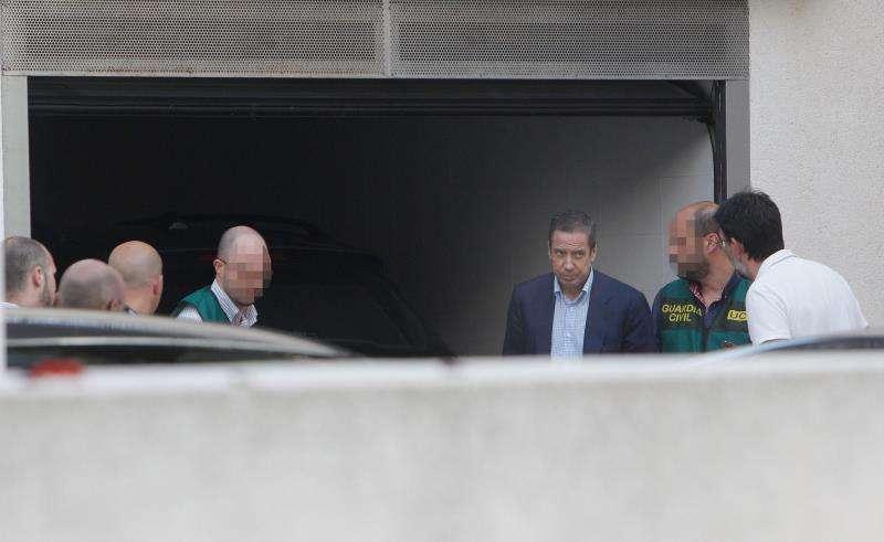 El expresident de la Generalitat y exministro Eduardo Zaplana (3ºd), a su llegada a su chalé de Benidorm (Alicante) en mayo de 2018 acompañado por agentes de la UCO de la Guardia Civil para un registro en relación con la operación por la que ha estado encarcelado. EFE/Archivo