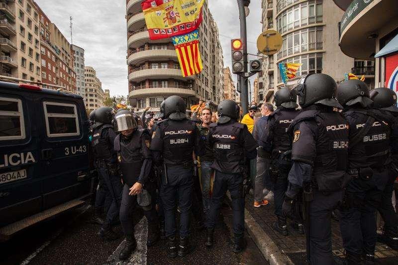 Un gran despliegue policial, fundamentalmente de unidades especiales antidisturbios, mantiene arrinconadas a las decenas de simpatizantes de la ultraderecha que se han concentrado en la plaza de San Agustín de València, de donde ha de partir la manifestación de la Comissió 9 d