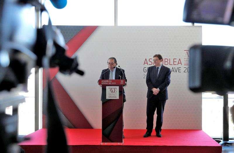 El presidente de la Asociación Valenciana de Empresarios (AVE), Vicente Boluda, junto al president de la Generalitat, Ximo Puig (dcha), interviene tras clausura la asamblea general de la entidad. EFE