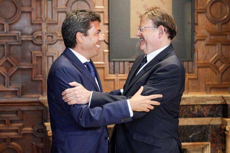 El president de la Generalitat, Ximo Puig (d), se ha reunido este martes con el presidente de la Diputación de Alicante, Carlos Mazón (i), en el segundo de los encuentros que está manteniendo con los titulares de las corporaciones provinciales. EFE/Ana Escobar