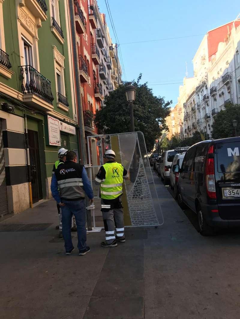 Operarios encargados de la iluminación del barrio. FOTO EPDA
