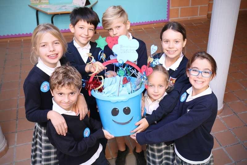 Alumnos de Caxton College reforzando valores positivos con el proyecto Bucket Filler. epda