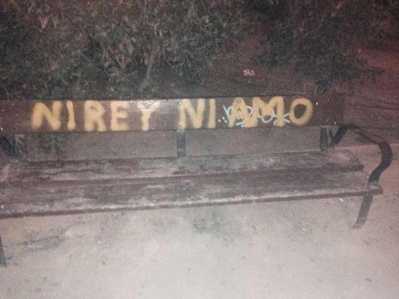 Pintada en un banco de la plaza Manuel Granero. FOTO EPDA