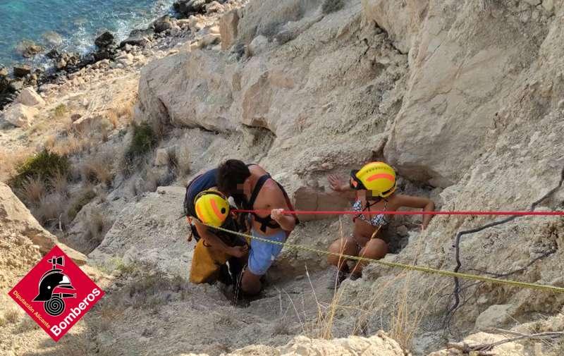 Rescate de la pareja por los bomberos de Alicante./ Twitter del Consorcio de Bomberos de Alicante