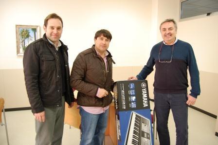 De izquierda a derecha: los concejales, Javier Maiques y Margo Gimeno, de Empleo y Juventud respectivamente y el Director del IES, Ignacio J. Álvarez.
