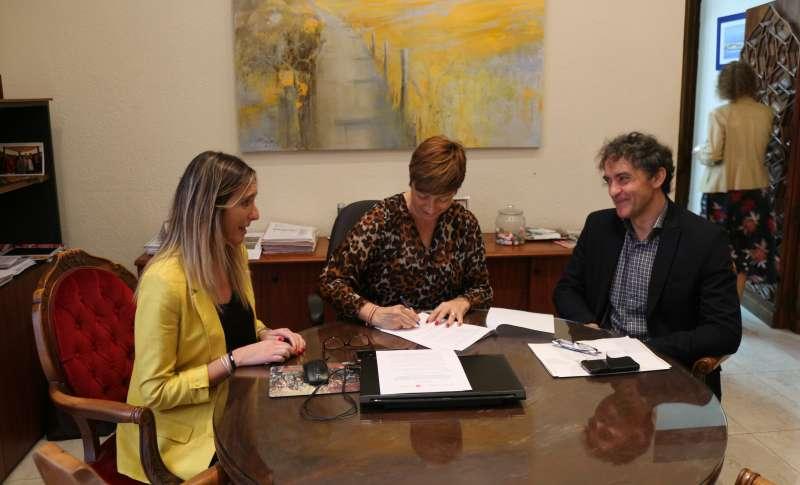 La alcaldesa firma el convenio ante Colomer
