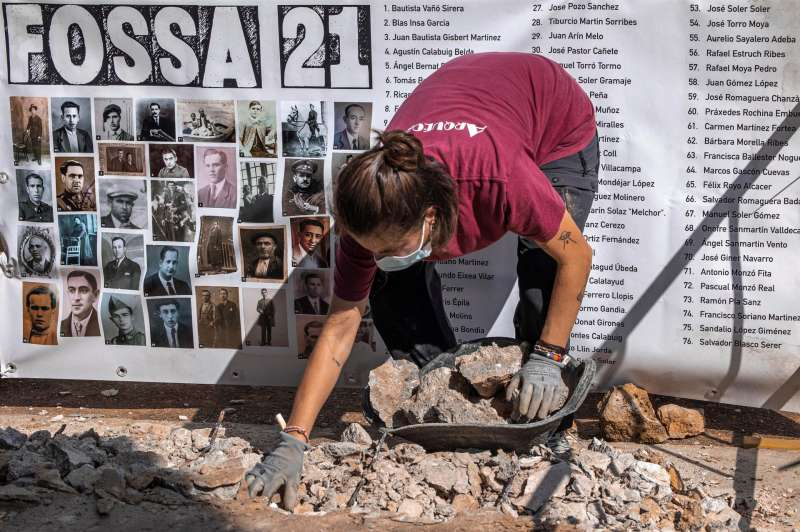 Una arqueóloga trabaja en la exhumación de víctimas de la represión franquista en el Cementerio Municipal de Paterna. EFE/Biel Aliño