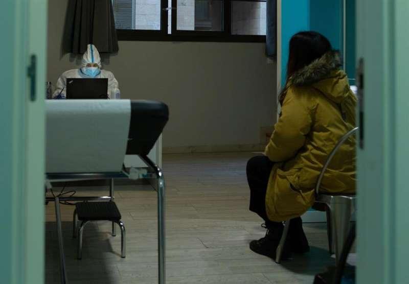 Una paciente recibe el resultado positivo de una PCR en el centro especializado en pacientes con clara sintomatologia covid del barrio de Gracia de Barcelona, este martes. EFE/Enric Fontcuberta