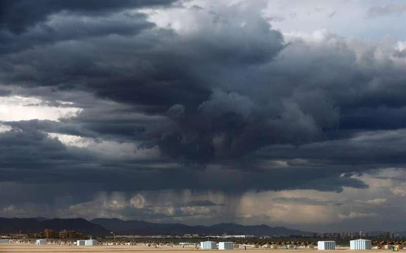 Vista de la playa de la Malvarrosa con la sierra de la Calderona al fondo y la llegada de la lluvia. EFE/Cárdenas/Archivo