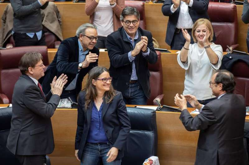El president del Consell, Ximo Puig (i), la vicepresidenta Mónica Oltra (c) y diputados socialistas aplauden en Les Corts Valencianes-  EFE