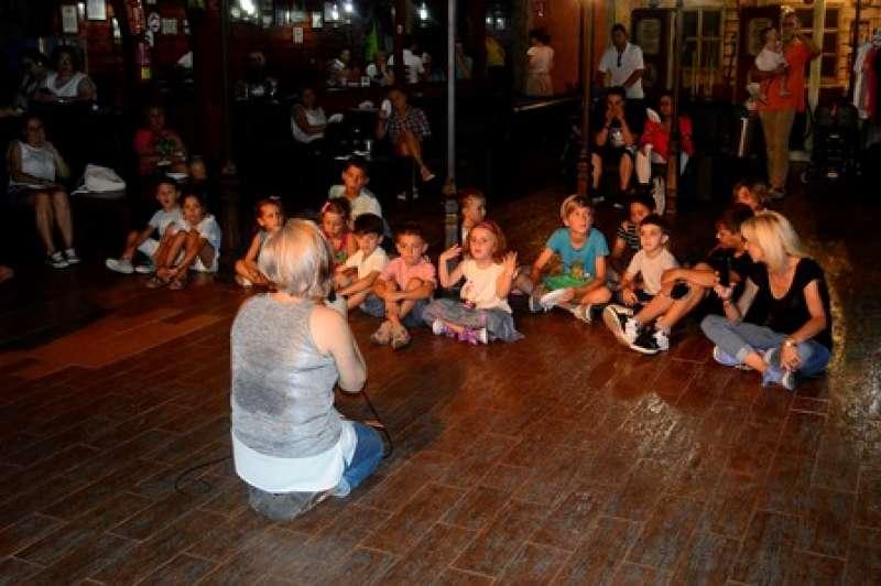 Cuentan historias a los niños. EPDA