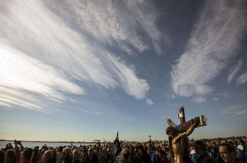 Cientos de personas en la playa de La Malvarrosa de Valencia en la tradicional procesión del Santo Cristo del Salvador que termina en la orilla del mar lanzando una corona de laurel en recuerdo a los muertos en el Mediterráneo, en el marco de la Semana Santa marinera de València. EFE/Archivo