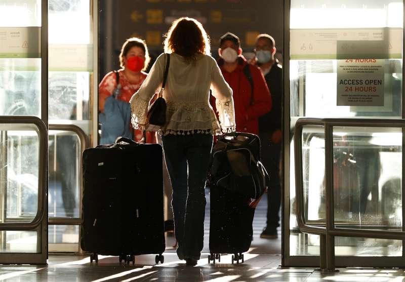Todos los viajeros procedentes de la India están obligados, a partir de este sábado, a guardar una cuarentena de diez días a su llegada a España, con el fin de evitar la propagación del coronavirus y de la variante detectada en ese país.  EFE/J.J. Guillén/Archivo