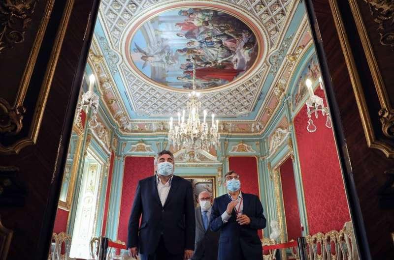 El ministro de Cultura y Deporte, José Manuel Rodríguez Uribes, acompañado por el director del Museo Nacional de Cerámica y Artes Suntuarias González Martí, Jaume Coll. EFE/Ana Escobar