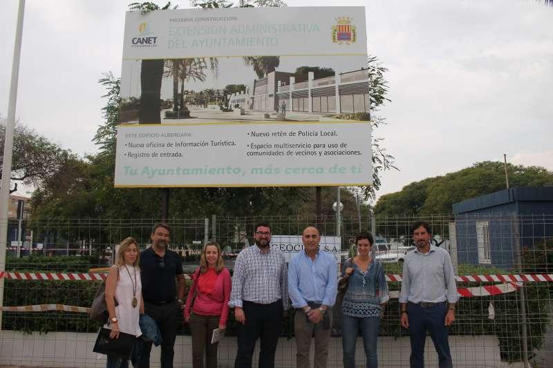 El alcalde y tenientes de alcaldes de Canet en la zona donde se ubicará el nuevo edificio administrativo de la playa. EPDA