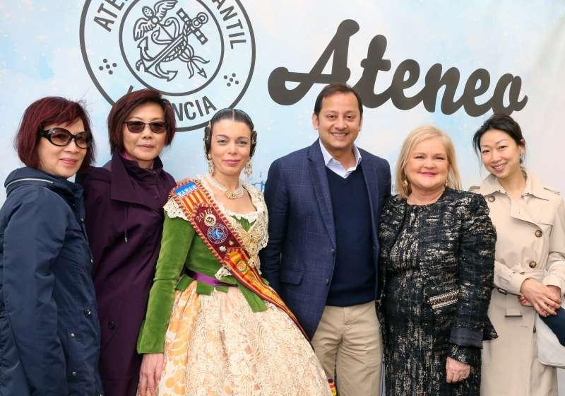 El presidente del Valencia y familia con Carmen de Rosa. FOTO EPDA