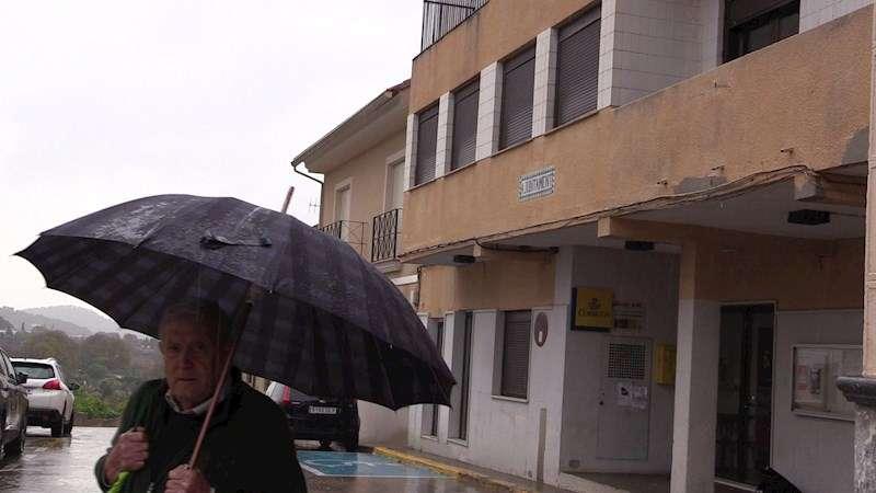 Una persona pasa ante el Ayuntamiento de Estivella, donde esta tarde se celebrará una concentración de protesta por la muerte de Marta Calvo.