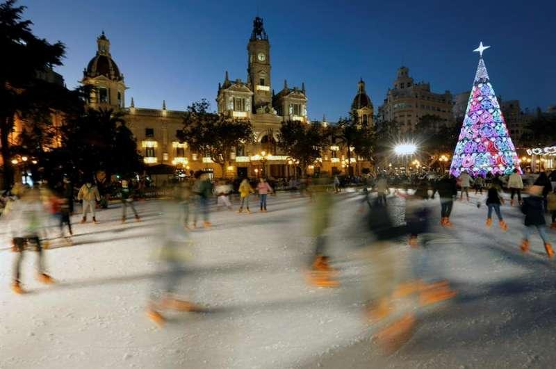 Imagen de archivo de la Plaza del Ayuntamiento de València iluminada en Navidad. EFE/Juan Carlos Cárdenas/Archivo