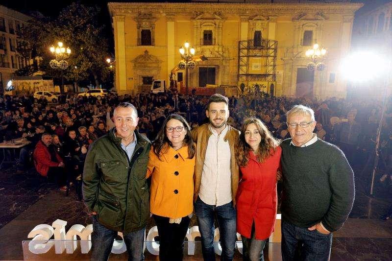 La vicepresidenta del Consell, Mónica Oltra (2ª izqda), el portavoz de Compromís en el Congreso, Joan Baldoví (izqda), y el alcalde de València, Joan Ribó (dcha). EFE