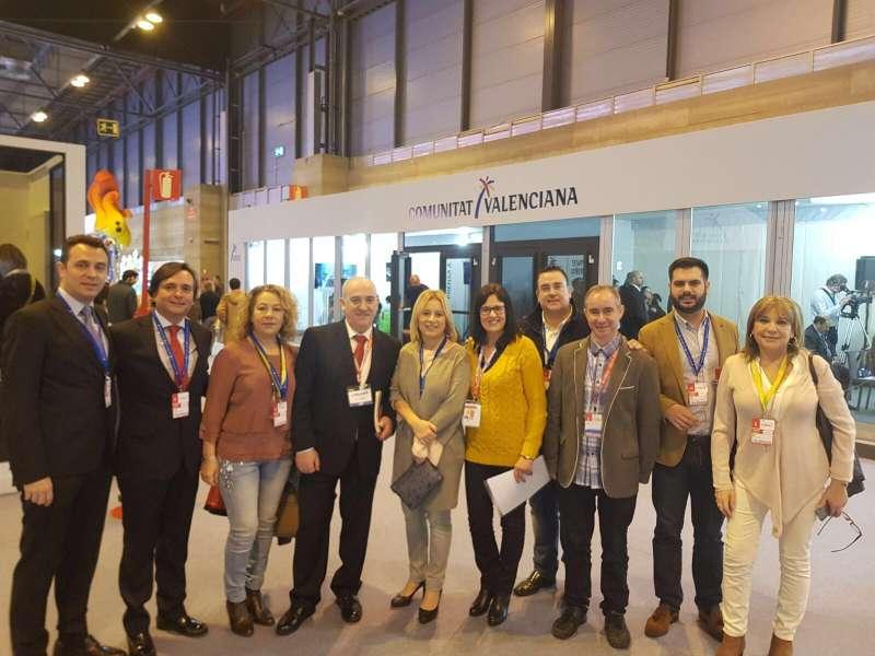 Mari Carmen Contelles con otros diputados y empresarios del sector turístico.