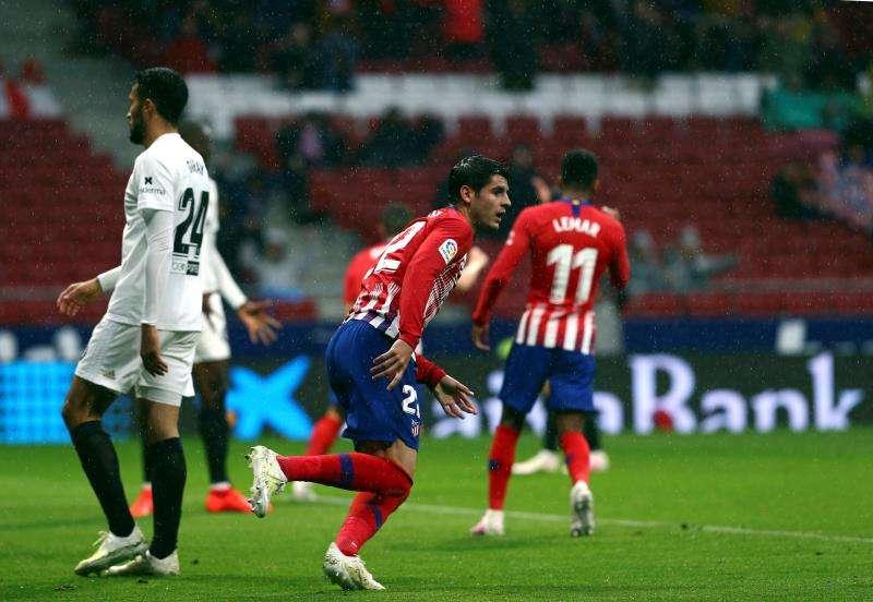 El delantero del Atlético de Madrid, Álvaro Morata (c) celebra su gol ante el Valencia. EFE