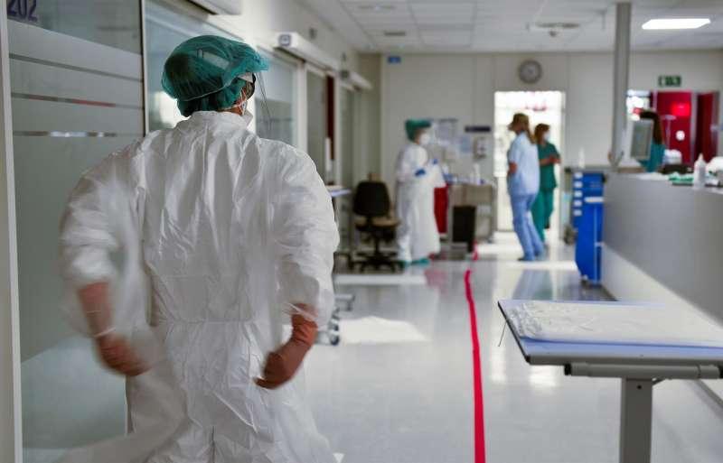 El número de muertes por coronavirus ha bajado de la barrera de los 100 y se sitúa en 77 durante este fin de semana, según los datos reportados este lunes por el Ministerio de Sanidad. EFE/Miguel Toña/Archivo