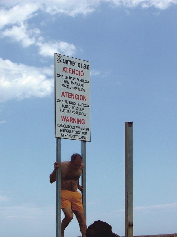 Señal que advierte del peligro y que los bañistas hacen caso omiso. FOTO EPDA