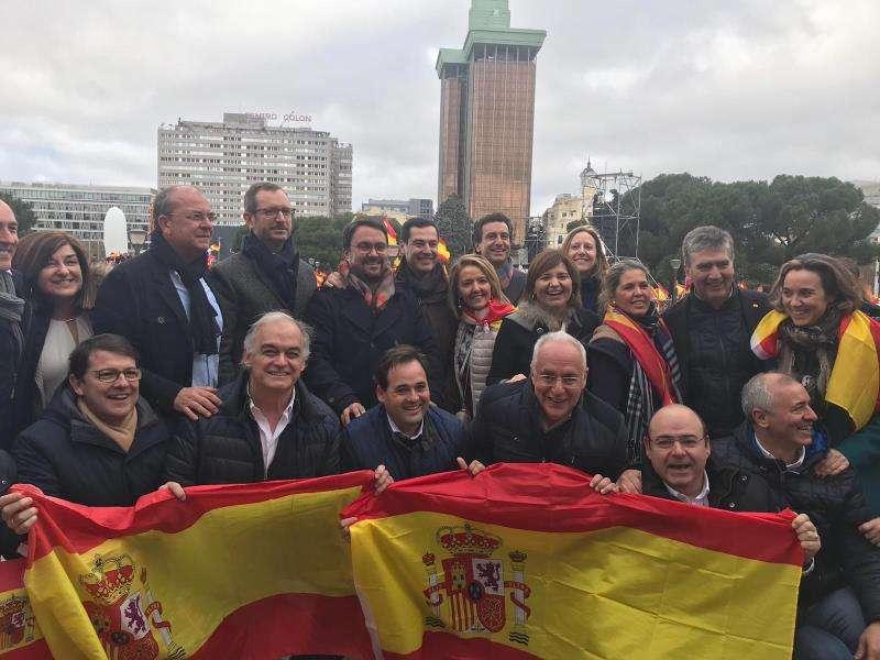 La presidenta del PPCV, Isabel Bonig, con otros populares valencianos en la manifestación de Madrid. EFE/PPCV