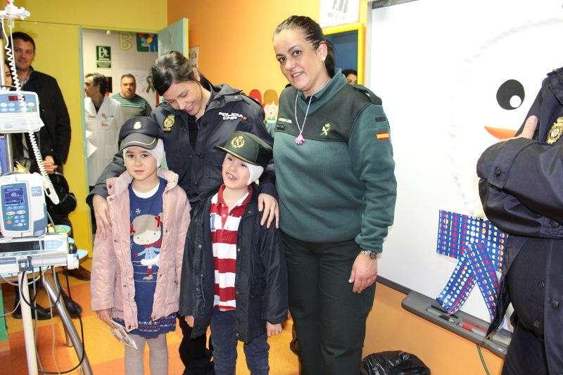 Agentes de la Policía Nacional y Guardia Civil visitan a niñas y niños hospitalizados en València. EPDA