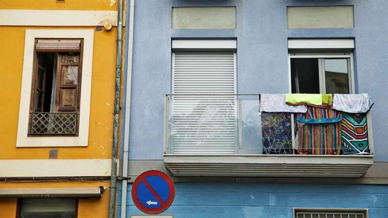 Varias toallas se secan en el balcón de un apartamento turístico en el barrio del Carmen de València. EFE/Manuel Bruque/Archivo