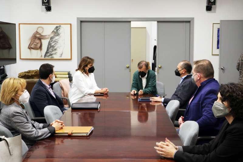 La alcaldesa, con Manolo Gomicia y otros asistentes. EPDA