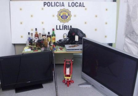 Los agentes descubrieron dos televisores de grandes dimensiones y otros aparatos electrónicos, ropa y botellas de bebidas alcohólicas, entre otros objetos. FOTO: EPDA.