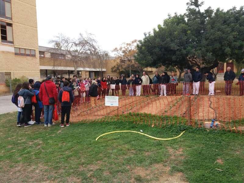 Els pacients del centre expliquen als alumnes com cuiden els horts ecològics.