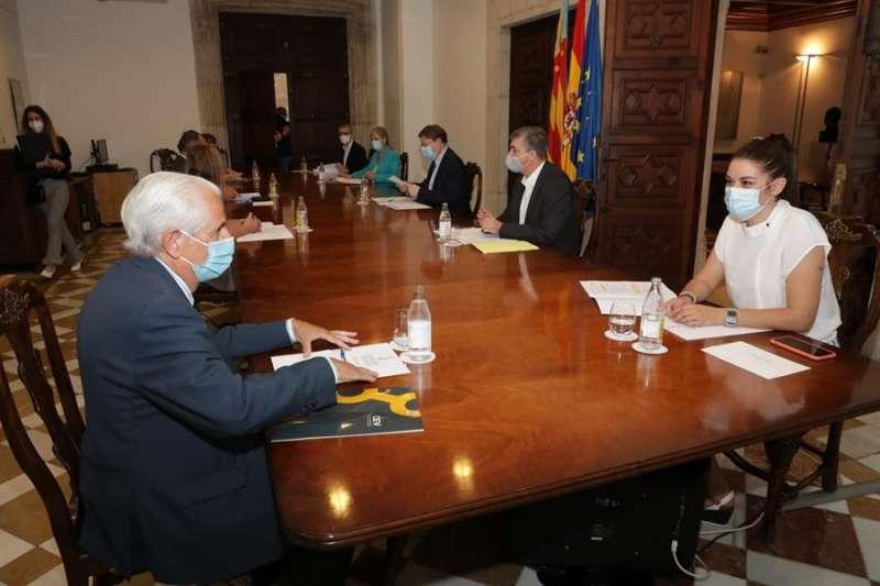 Momento de la reunión, con Puig y otros miembros del Consell, en una fotografía difundida por la Generalitat.