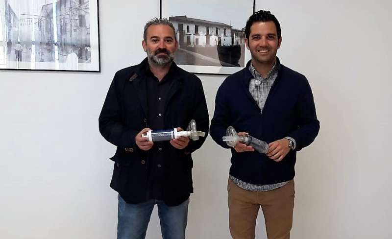 Mora y Sagredo enseñan los nuevos dispositivos. EPDA
