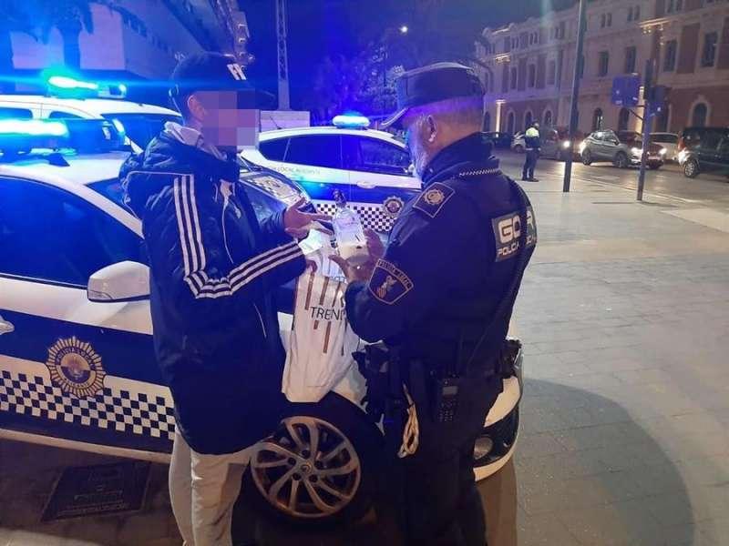 Dos agentes de la Policía Local de Alicante el sábado. FOTO CEDIDA POR EL AYTO