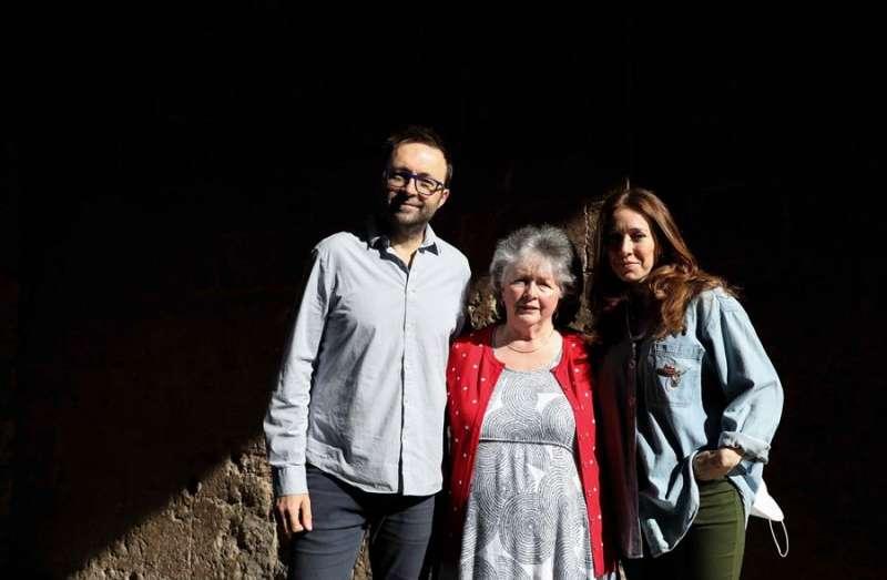 La actriz valenciana, María Albiñana (d) y el director de cine australiano, Luke Eve, junto a su madre. EFE
